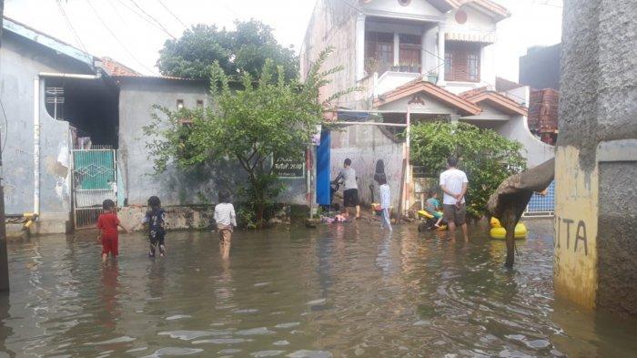 Kondisi terkini banjir di Komplek Ciledug Indah, Kelurahan Pedurenan, Kota Tangerang yang mulai surut hingga siang ini, Minggu (21/2/2021).