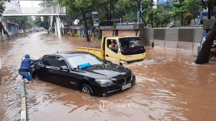 8 Cara Penanganan Mobil Terendam Banjir: Putuskan Sambungan Aki