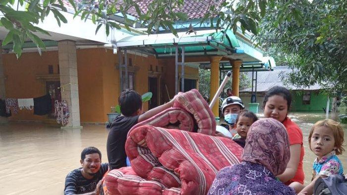 Tanggul jebol memicu banjir beberapa desa di wilayah Kabupaten Bekasi, Provinsi Jawa Barat. Banjir terpantau pada Minggu (21/2), pukul 01.00 WIB.
