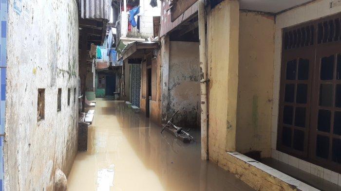 Banjir yang Rendam Kampung Melayu Selama Tiga Hari Makin Surut, Warga Mulai Bersih-bersih
