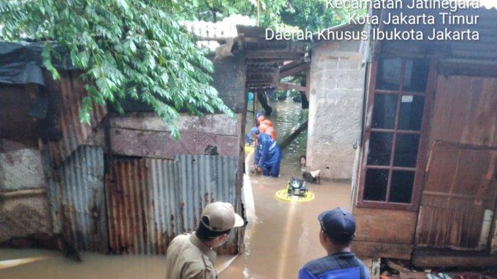Imbas luapan saluran Phb Sulaiman, permukimanwarga di 3 RW Kelurahan Cipinang Melayu, Makasar, Jakarta Timur terendam banjir pada Selasa (16/2/2021)