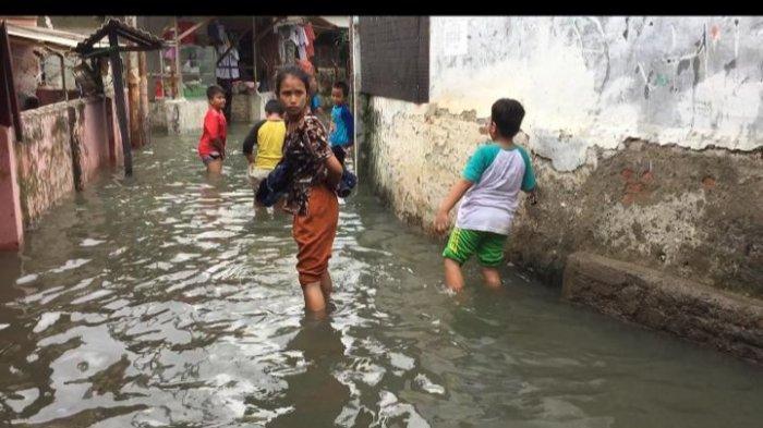 Banjir Setinggi Hingga 1 Meter Rendam Permukiman Warga di RW 05 Cililitan