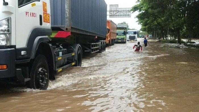 Banjir di Jalan Raya Cakung Cilincing, Hanya Truk yang Berani Melintas