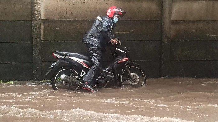 Jalan Lodan Raya Terendam Banjir 15-30 Cm, Sejumlah Sepeda Motor Mogok