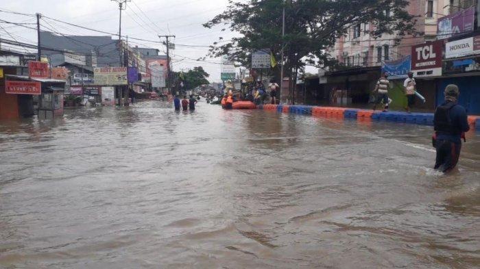 Banjir Arus Deras Rendam Kawasan Ciledug Indah, Jalan Raya Hasyim Asyari Ditutup