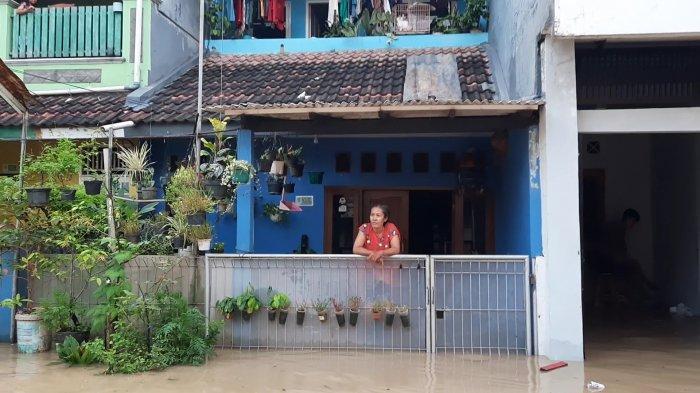 Banjir 1,5 Meter Merendam Perumahan PGP Bekasi, Warga Pilih Bertahan di Rumahnya