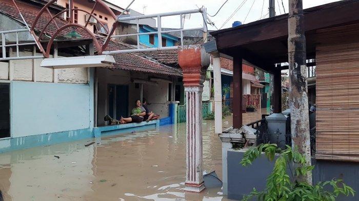 Sejumlah warga memilih bertahan ketika banjir melanda Perumahan Pondok Gede Permai (PGP) Jatiasih, Kota Bekasi,Jumat (19/2/2021).