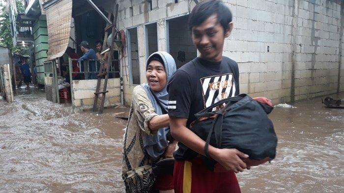 Warga Cipinang Melayu Bersiap Mengungsi, Banjir Sudah Setinggi 80 Sentimeter