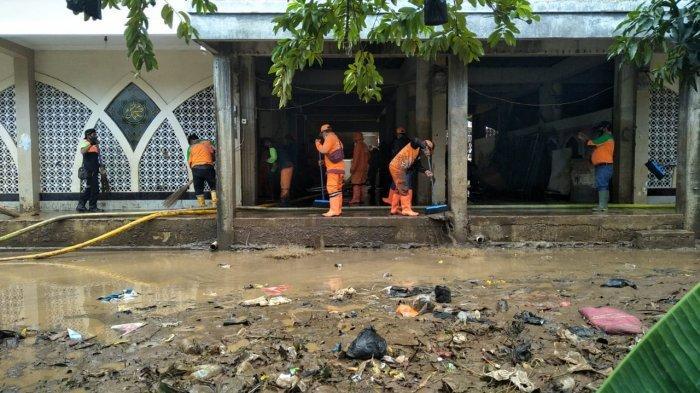 Petugas Gabungan Bantu Warga Cipinang Melayu Bersihkan Sisa Lumpur Pascabanjir