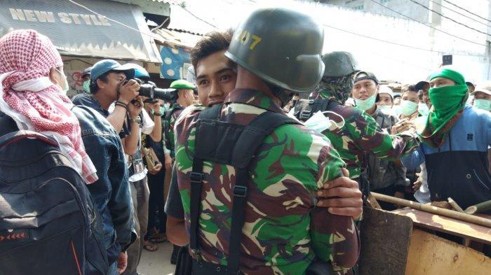 Tutup Gang Disepanjang Jalan KS Tubun, Anggota TNI Disambut Hangat Warga