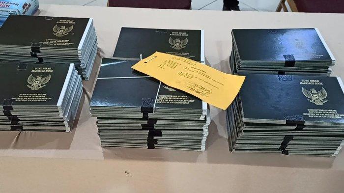 Barang bukti sampul buku nikah palsu yang diamankan dari sindikat pemalsu jaringan Jakarta-Subang.