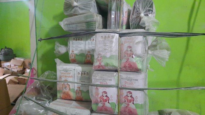 Barang bukti masker wajah ilegal yang di produksi di Jatiasih, Kota Bekasi. (TribunJakarta/Yusuf Bachtiar)