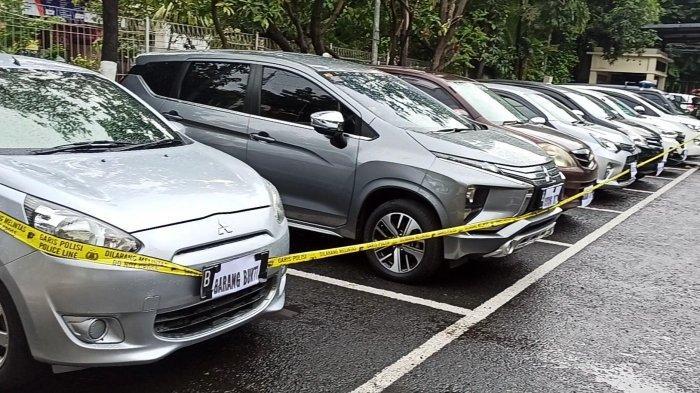 Barang bukti mobil rental yang digelapkan komplotan berisi empat orang yang dikepalai wanita berinisial MLA (34), saat dijejerkan di Mapolsek Kelapa Gading, Jakarta Utara, Senin (8/3/2021).