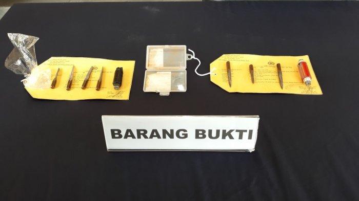 Barang bukti kunci leter T yang digunakan Muhammad Gafar (31) dan Faisal Akbar (22) saat mencuri sepeda motor saat dihadirkan di Mapolrestro Jakarta Timur, Rabu (6/1/2021).