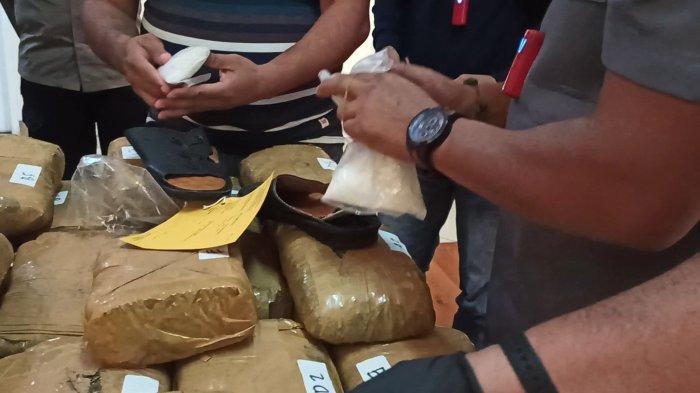 Barang bukti sepasang sendal kulit yang dipakai sindikat asal Aceh untuk menyembunyikan sabu.