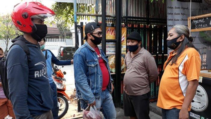 Personel Unit Reskrim Polsek Duren Sawit saat mengamankan barang bukti tali tambang yang digunakan YO gantung diri, Jakarta Timur, Sabtu (3/10/2020).