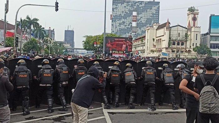 Polisi Bentuk Barikade Halau Massa Aksi Tolak UU Cipta Kerja di Simpang Harmoni ke Arah Istana
