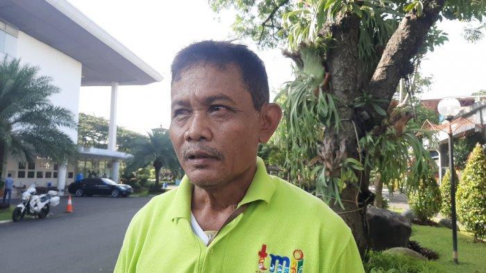 Barna, pekerja harian lepas di TMII, Jakarta Timur, Kamis (8/4/2021).