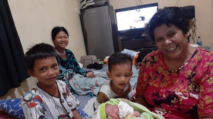 Kisah Eka Warga Tangerang Hamil Tua Saat Rumahnya Terkepung Banjir, Melahirkan di Mobil Petugas PLN