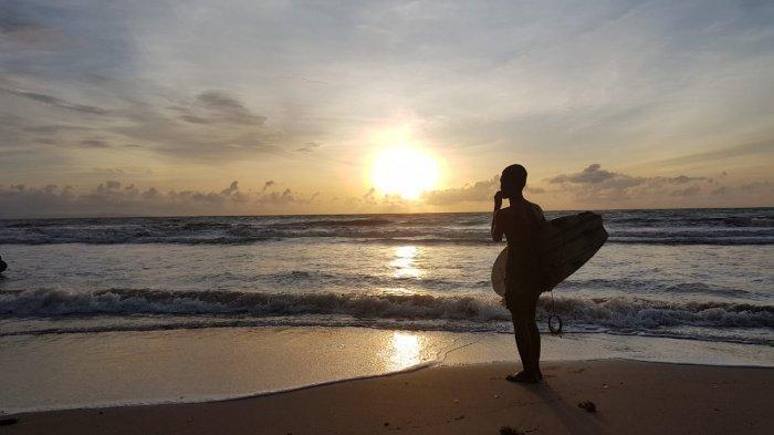 Tidak Takut, Sejumlah 'Beach Boy' Asik Berselancar di Pantai Carita Seusai Tsunami Selat Sunda