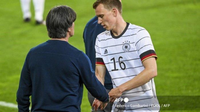 Bek Jerman Lukas Klostermann (kanan) disambut oleh pelatih Jerman Joachim Loew saat ia digantikan selama pertandingan sepak bola persahabatan Jerman v Denmark di Innsbruck, Austria pada 2 Juni 2021, dalam persiapan untuk Kejuaraan Eropa UEFA.