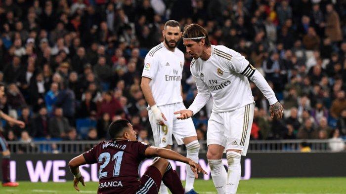 Bek Real Madrid Sergio Ramos (kanan) berdebat dengan bek Celta Vigo Jeison Murillo selama pertandingan sepak bola liga Spanyol antara Real Madrid CF dan RC Celta de Vigo di stadion Santiago Bernabeu di Madrid pada 16 Februari 2020.