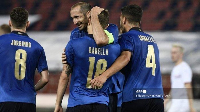 Bek Italia Giorgio Chiellini memberi selamat kepada gelandang Italia Nicolo Barella setelah Barella mencetak gol kedua pada 04 Juni 2021 selama pertandingan sepak bola persahabatan internasional antara Italia dan Republik Ceko di stadion Renato-Dall'Ara di Bologna, dalam persiapan untuk Kejuaraan Eropa UEFA .