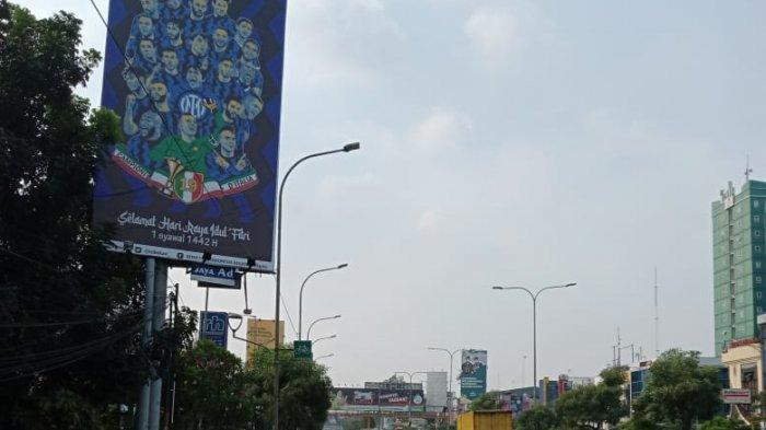 Baliho perayaan gelar juara scudetto Serie A Inter Milan di Jalan Ahmad Yani, Kecamatan Bekasi Selatan, Kota Bekasi.