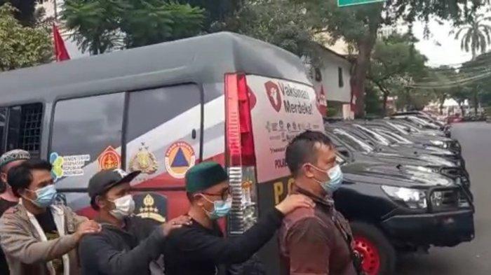 Pria Bertopi Koboi Digiring ke Polda Metro Jaya, Ikut Terlibat di Kericuhan di Sidang Rizieq Shihab