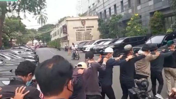 Belasan simpatisan Muhammad Rizieq Shihab digelandang ke Polda Metro Jaya, Jakarta Selatan, Senin (30/8/2021) sore.