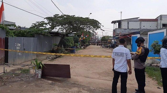 Polisi melakukan evakuasi dan penjinakan benda diduga bom yang ditemukan waega dalam tong sampah, Kampung Caman Baru, Kecamatan Bekasi Barat, Senin (23/8/2021).