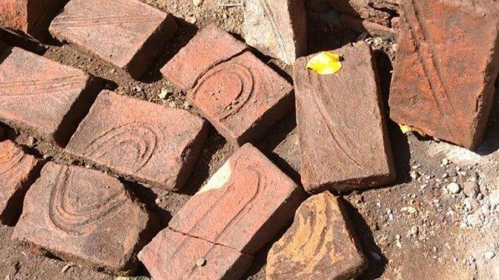 Batu bata merah yang ditemukan Abdul Ghani, warga Desa Alas Sumur, Pujer, Bondowoso, ketika menggali sumur, Senin (31/8/2020).