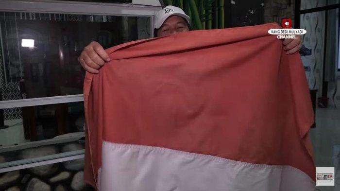 Bendera merah putih lusuh yang ditemukan anggota DPR RI Dedi Mulyadi di kantor Kelurahan Nagri Kaler, Purwakarta, Jawa Barat.