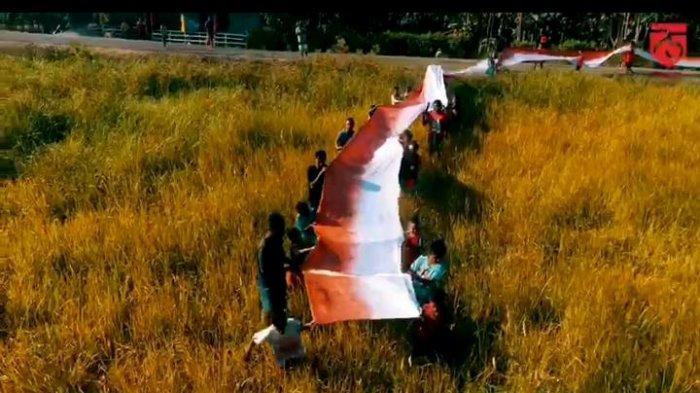 Bendera Merah Putih panjang yang dibuat warga Pulau Ternate Alor Nusa Tenggara Timur.