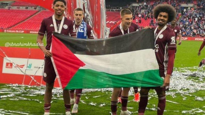2 Pemain Leicester City Bentangkan Bendera Palestina di Stadion Wembey
