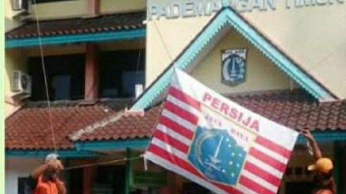 Tangkapan layar unggahan viral atribut Persija Jakarta dikibarkan di kantor kelurahan dan kecamatan di Jakarta Utara.