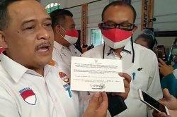 Kepala BP2MI Beni Rhamdani, menunjukan surat 'sakti' yang menjadi bekal para pekerja migran Indonesia (PMI), Senin (9/11/2020).