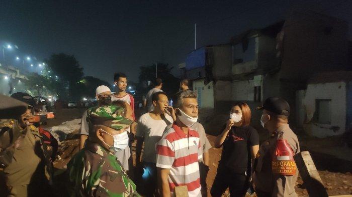 Aparat kepolisian dan Dandim 0505 Jakarta Timur tengah melakukan musyawarah dengan warga terkait aksi tawuran ini di Jatinegara, Jakarta Timur, Rabu (12/5/2021)
