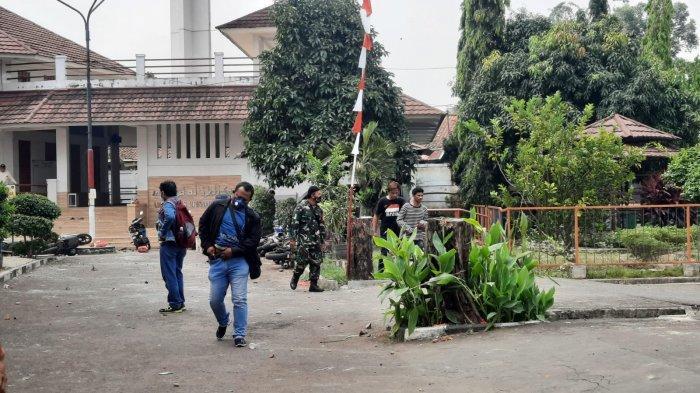 Suasana pasca-bentrokan di lingkungan Kampus Unkris, Jalan Jatiwaringin, Kecamatan Pondok Gede, Kota Bekasi, Selasa