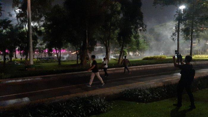 Pukul 21.40 WIB, Massa Demonstran Bentrok dengan Polisi di Kolong Jembatan Semanggi
