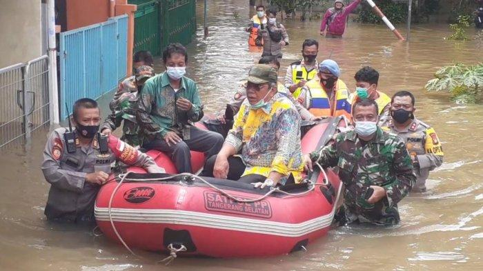 Wakil Wali Kota Tangsel Naik Perahu Tinjau Banjir, Kapolres Nyebur Bantu Dorong