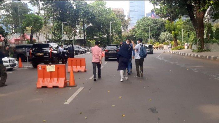 Bambang Pamungkas, (baju orange) saat menghindari awak media di Polda Metro Jaya