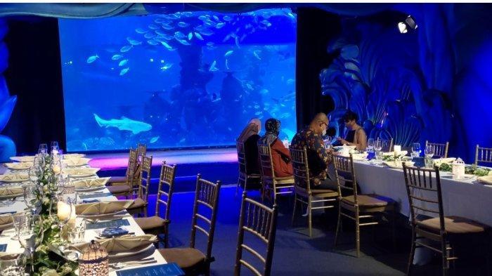 Mencoba Sensasi Makan Malam Ditemani Ribuan Ikan Laut Dalam Akuarium Berkapasitas 1 Juta Liter