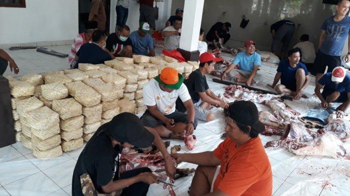 Daging Kurban Anies Baswedan Dibungkus Besek Bambu dan Bongsang