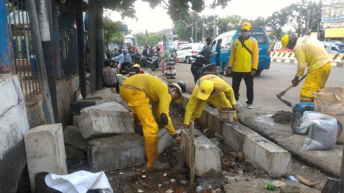 Sudin Bina Marga Jakarta Selatan Perbaiki Trotoar di Jalan Raya Ragunan