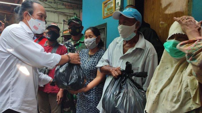 Pembagian sembako dari BNN, jurnalis dan relawan anti narkoba kepada warga di RT 15 RW 01, Kelurahan Utan Kayu Selatan, Matraman, Jakarta Timur, Rabu (1/9/2021)