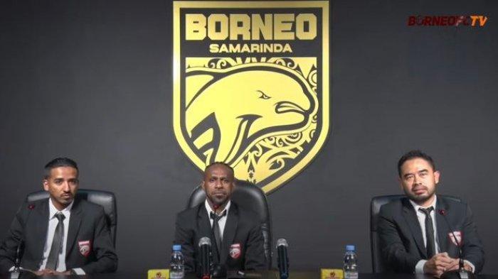 Boaz Solossa saat diperkenalkan menjadi pemain baru Borneo FC