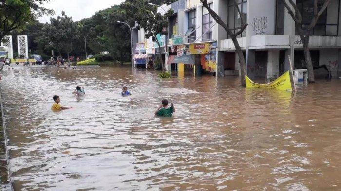 Banjir, Jalan Graha Raya Boulevard Serpong Jadi 'Kolam Renang', Anak-anak Asyik Bermain