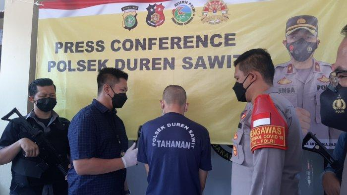 Konpers terkait tindak pidana pencurian sepeda motor di Jalan Bumi Raya RT 04 RW 03 Nomor 16, Duren Sawit, Jakarta Timur di Mapolsek Duren Sawit, Selasa (20/4/2021)