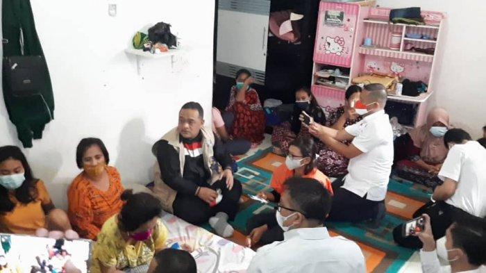 BP2MI lakukan penggerebekan di dua lokasi yang dijadikan penampungan calon pekerja imigran ilegal di Jakarta Timur, Selasa (16/3/2021). Sebanyak 25 calon pekerja imigran ilegal berhasil diselamatkan sebelum dikirim ke Timur Tengah.